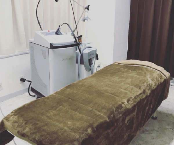 メディエススキンクリニックで女性スタッフの脱毛施術を受ける