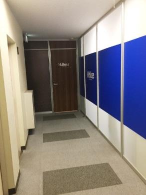 エレベーターで9Fに上がって左側の一番奥